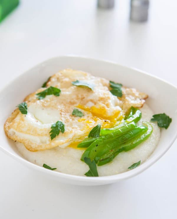 Mozzarella Grits with Peppers and Fried Eggs @EclecticEveryday